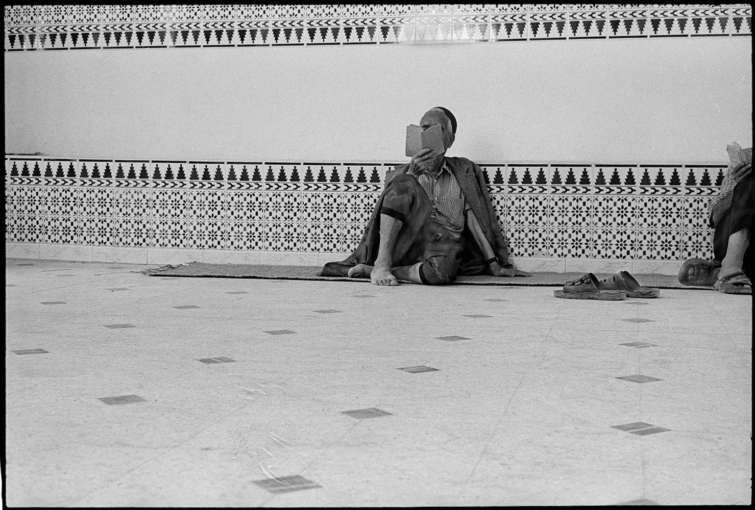 Prières au sol, Tisha B' Av. Djerba, 2002.